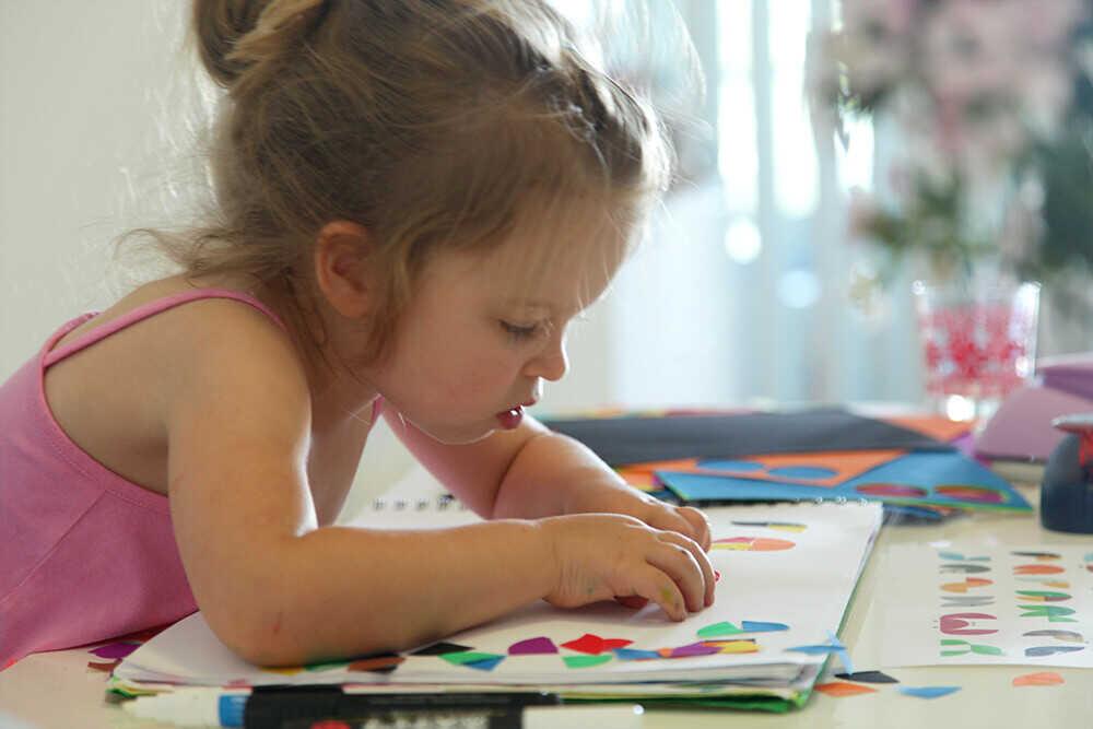 Малышка Находит картинки по аналогии