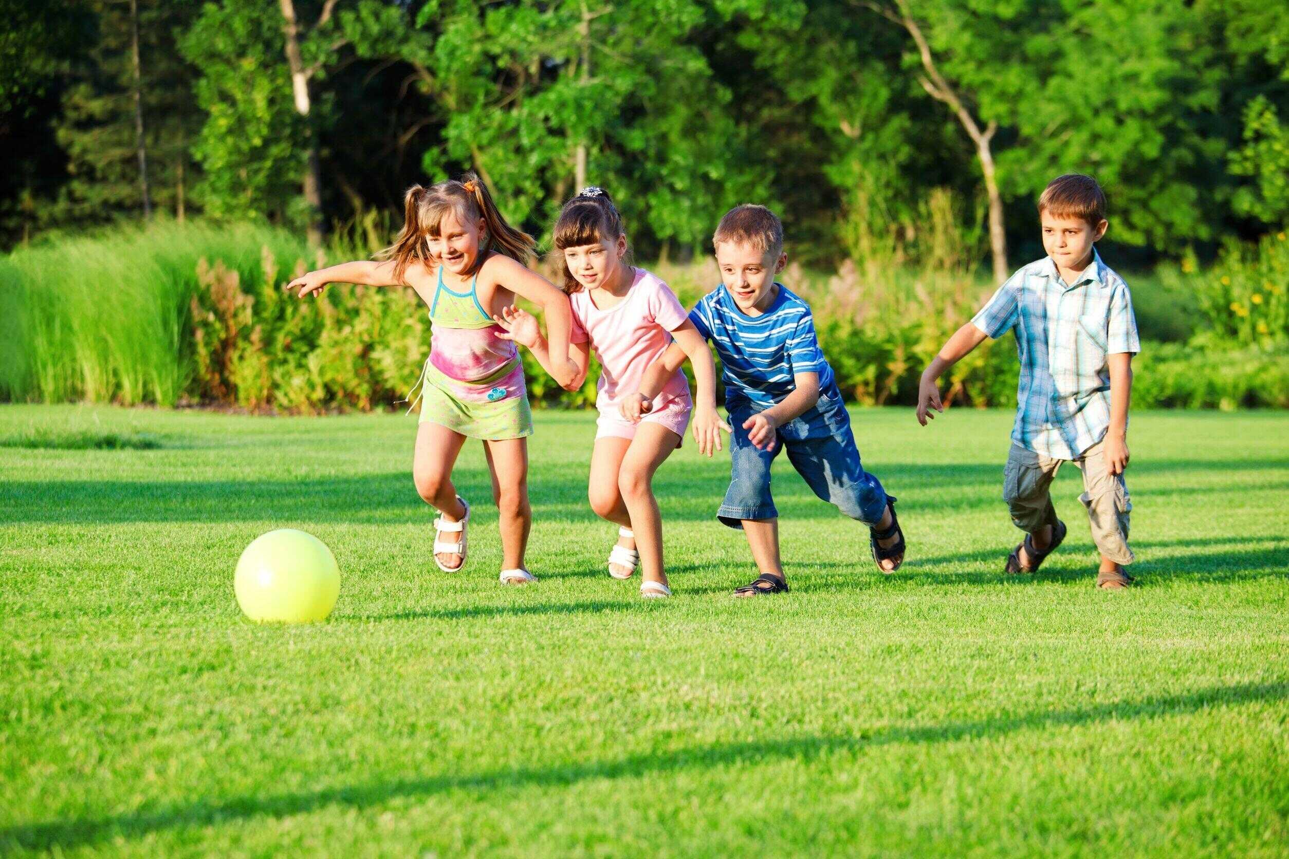 Дети бегают за мячом