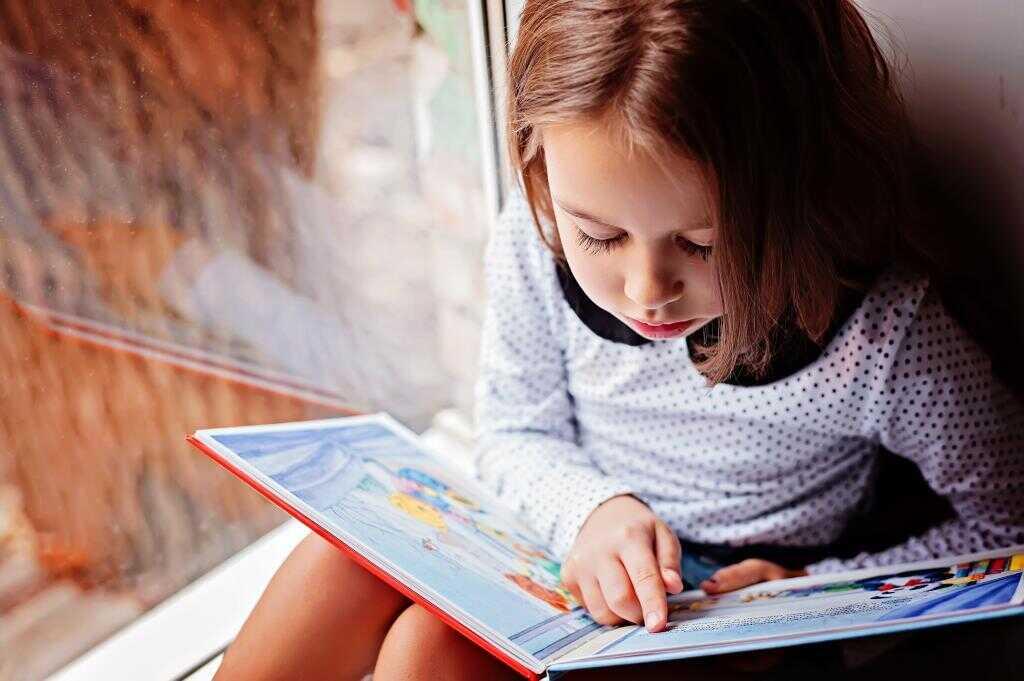 Девочка читает по слогам