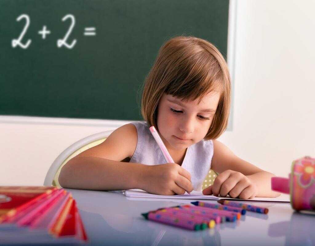 Ребенок делает задания в журнале