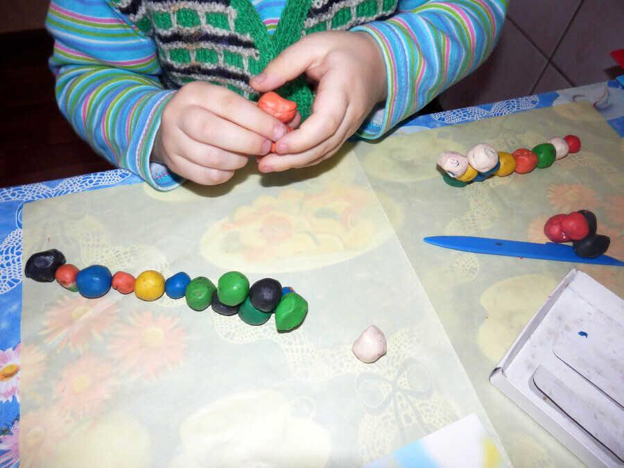 Катаем шарики из пластилина