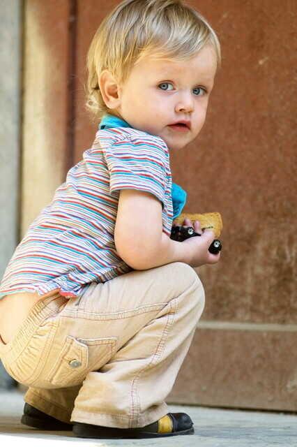 Мальчик учится садиться