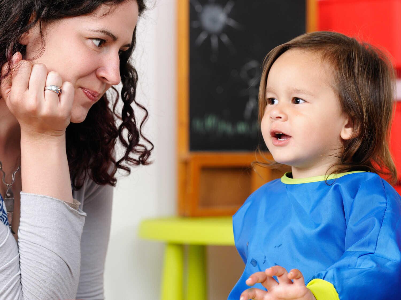 Ребенок общается с мамой