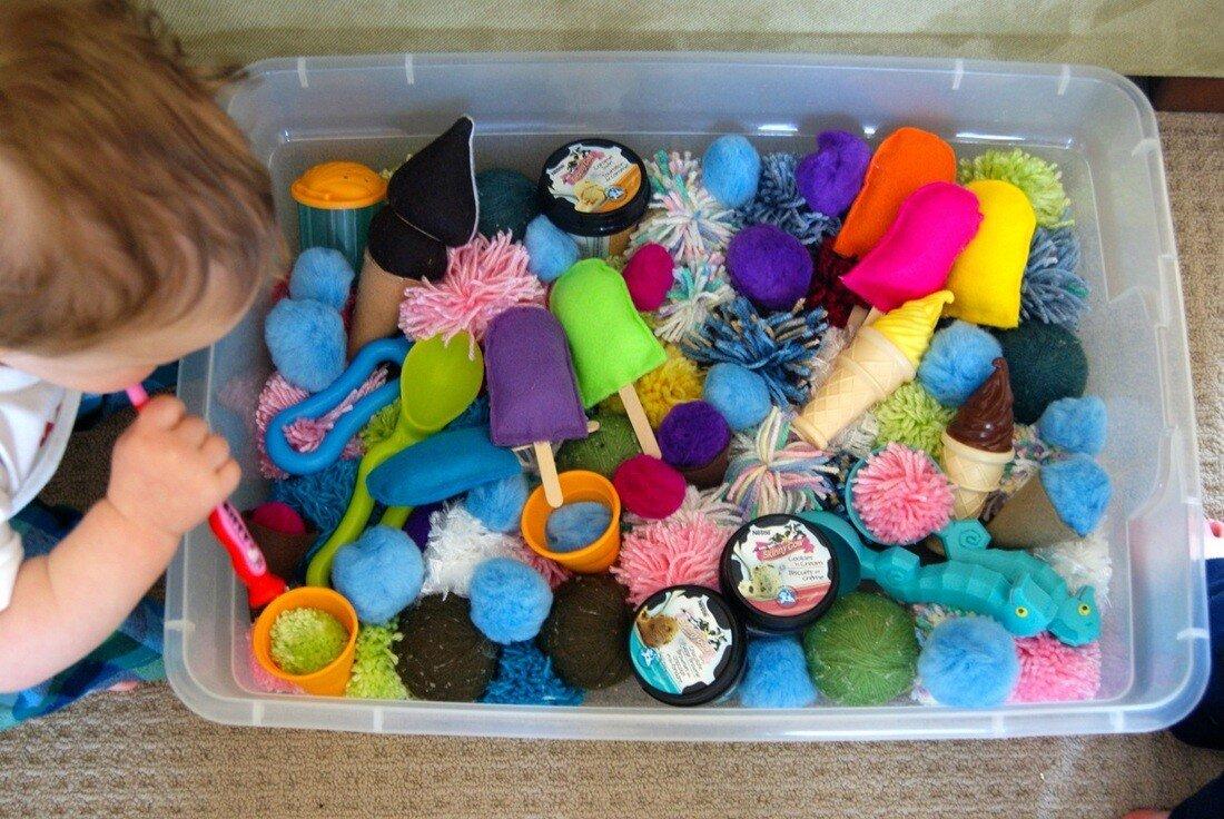Сенсорная коробка для малышей своими руками