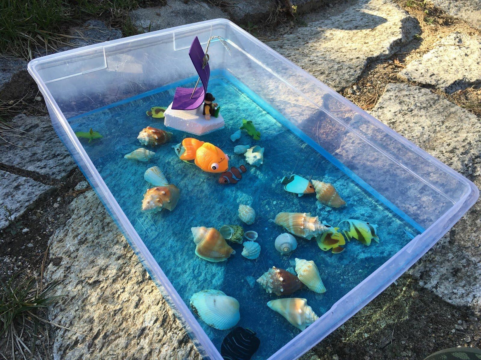 Сенсорная коробка с водой для детей