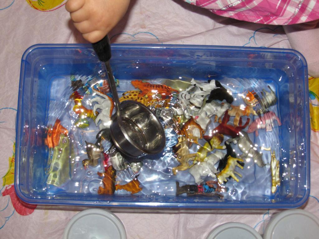 Водная сенсорная коробка для детей