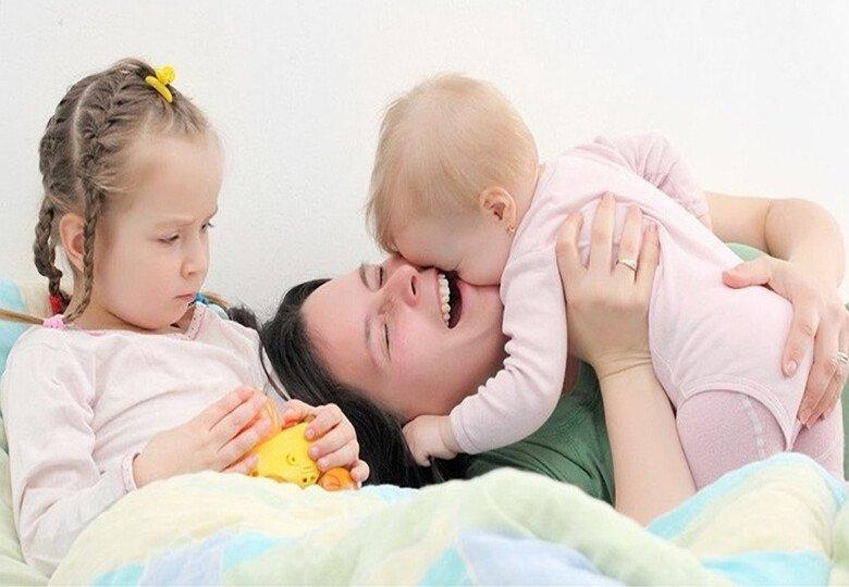 Кому из детей больше нужна мама: старшему или младшему
