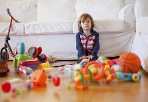 Малыш не хочет убирать игрушки дома