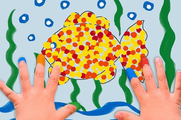 Рисование пальчиками разноцветная рыбка и морское дно