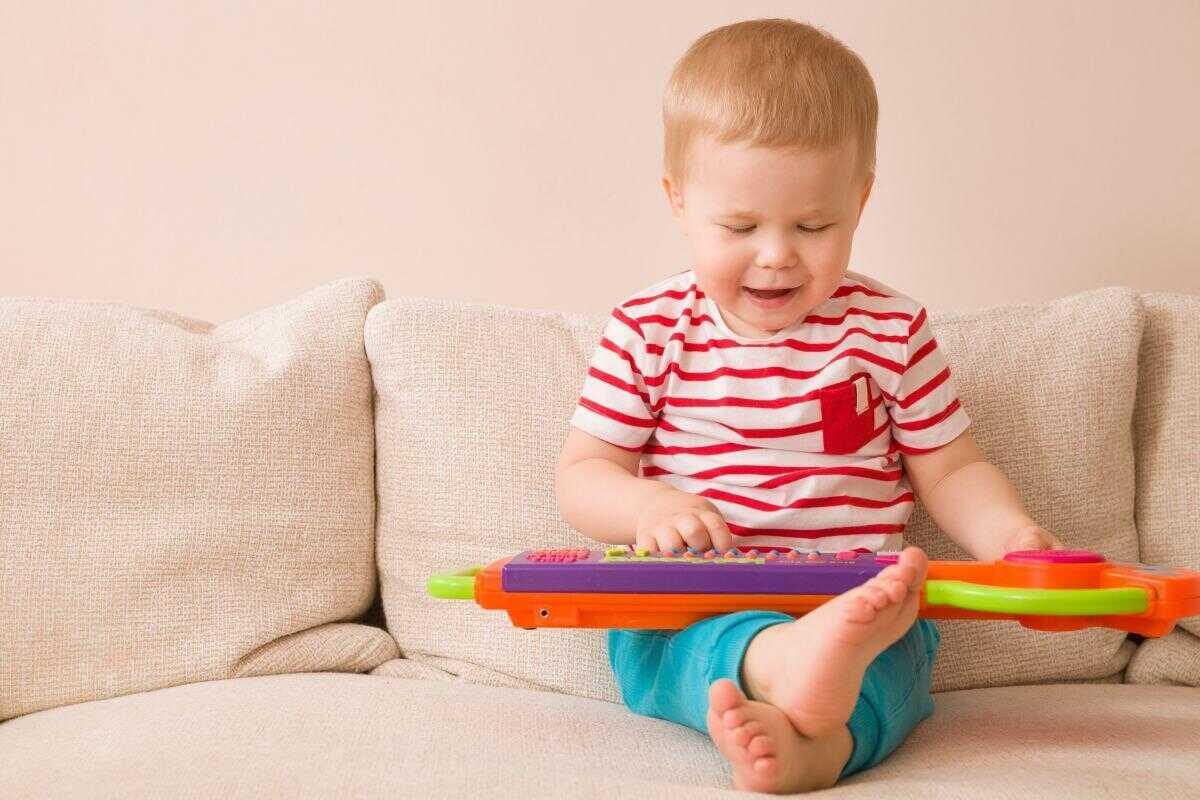 Музыкальные игрушки. Игра на детском пианино