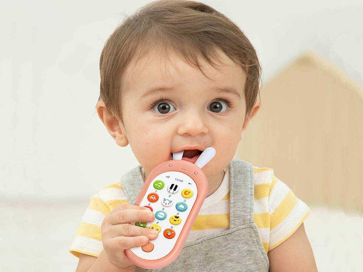 Игра с детским музыкальным телефоном
