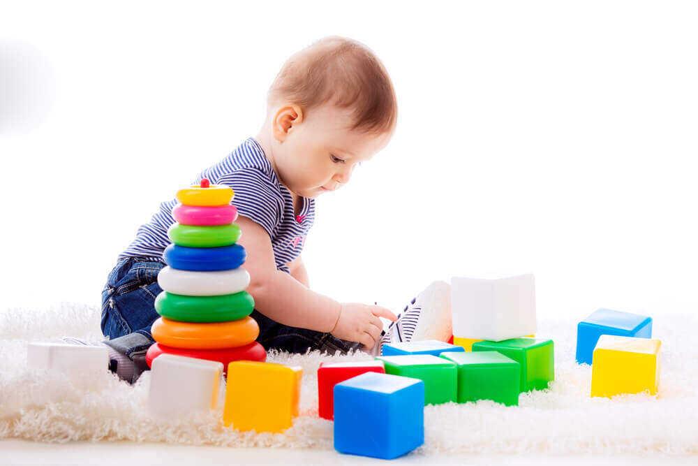 Развивающие игрушки кубики и пирамидка