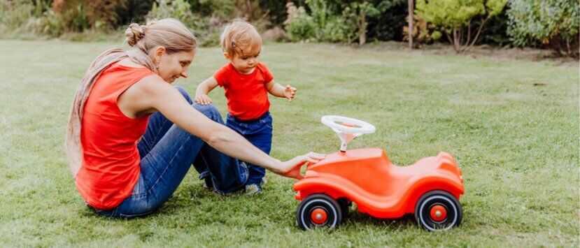 Подарок ребёнку: машинка-толокар