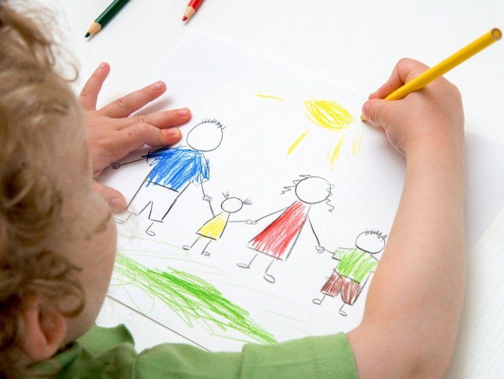 Ребёнок схематично рисует людей