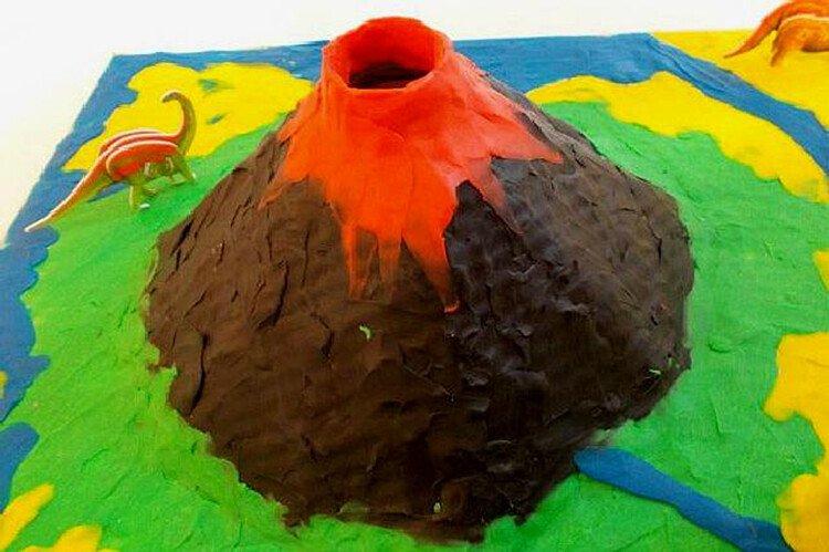 Делаем с детьми вулкан из пластилина