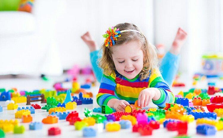 Ребёнок играет в Лего
