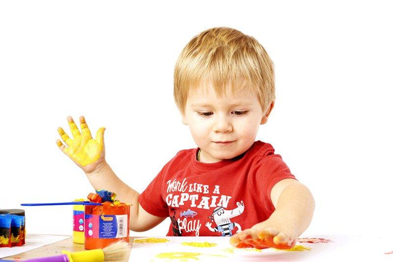 Ребёнок 2-3 года рисует красками