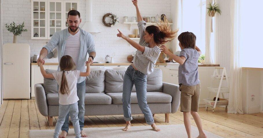 Танцы дома всей семьёй