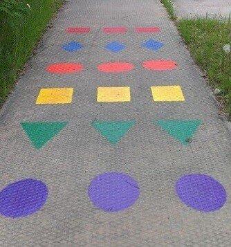 Игра с цветными мелками на асфальте Цвета и формы